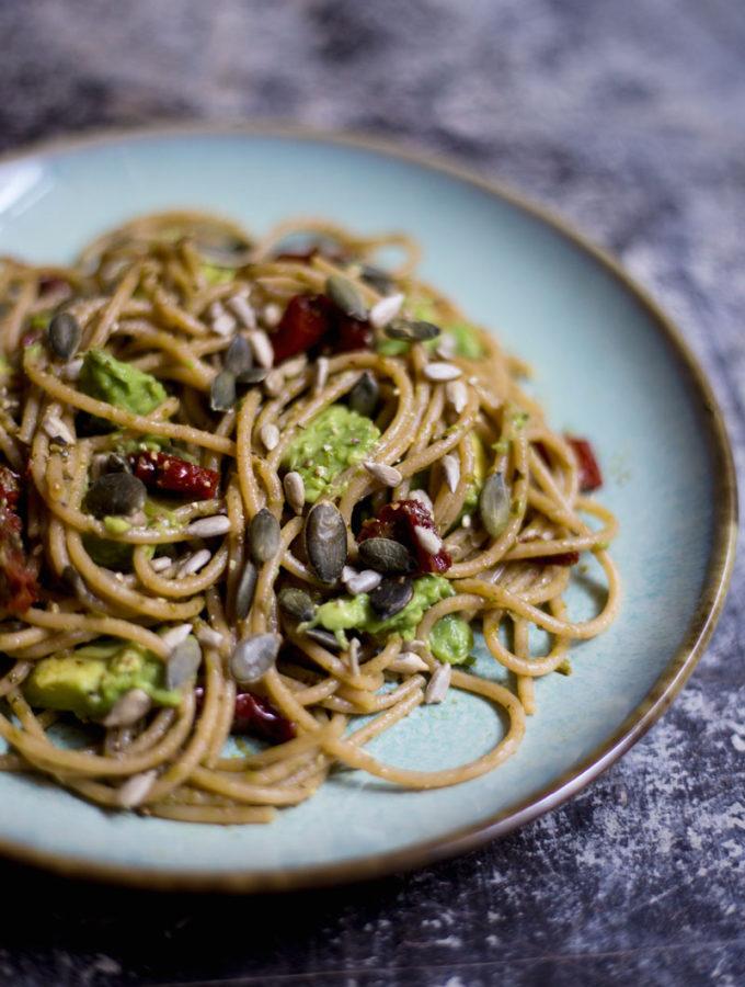 Celozrnné špagety s pestem a avokádem