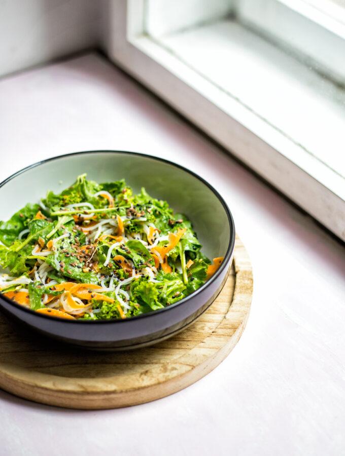 Zeleninový salát s rýžovými nudlemi