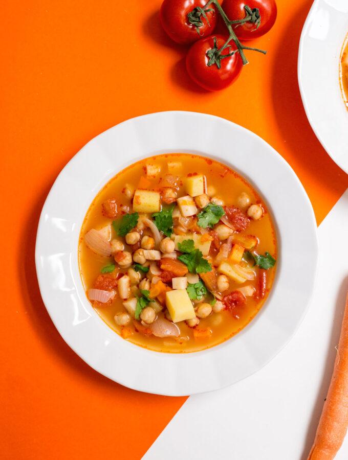 Zeleninová polévka s cizrnou a rajčaty