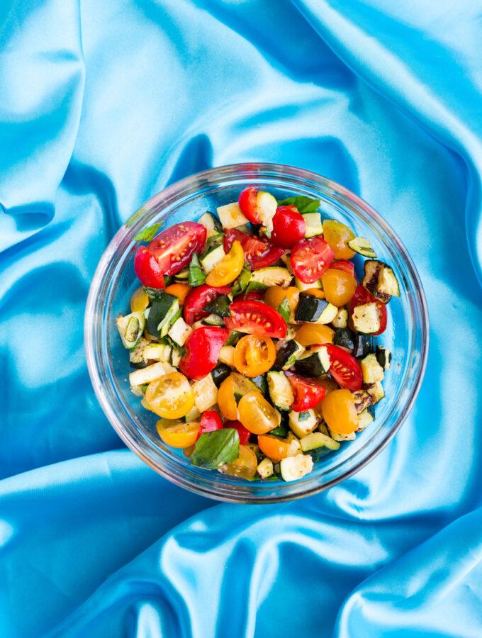Letní salát s rajčaty a pečenou zeleninou